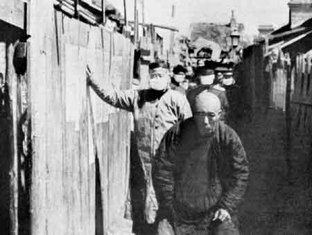 Рис. 33.1. Больной легочной чумой китаец на улице Старого Харбина 1921 г. Из книги Wu Lien Ten U.A. et al., 1936