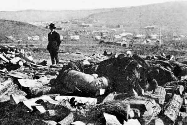 Рис. 33.13. Трупы на костре у чумного городка во Владивостоке, 1921 г